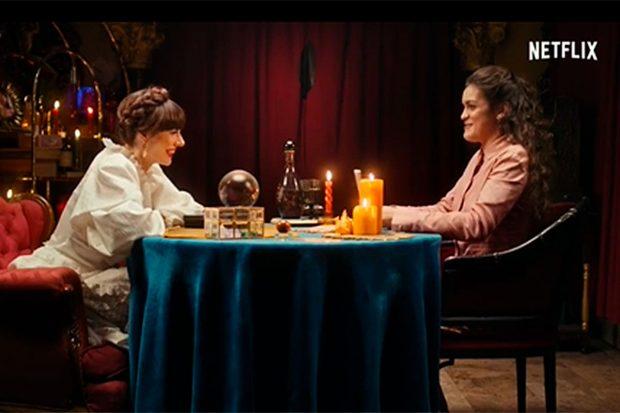 Natalia Ferviú y Amaia Romero, haciendo el tarot más introspectivo de la cantante / Netflix
