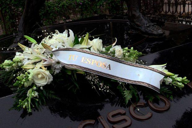 Ramo de flores que Isabel Pantoja ha enviado a la tumba de Paquirri / Gtres