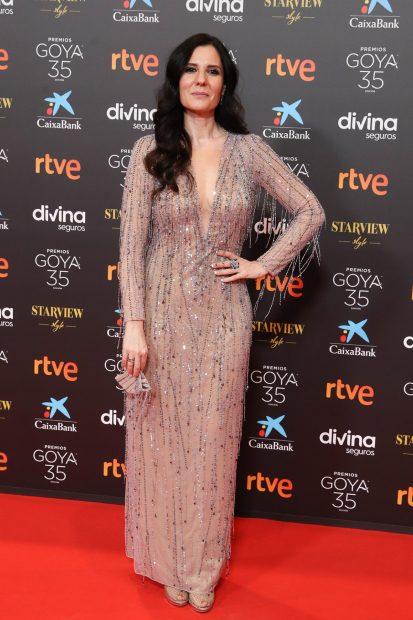 Diana Navarro posando en la alfombra roja de los premios Goya 2021 con un vestido repleto de pedrería./Gtres