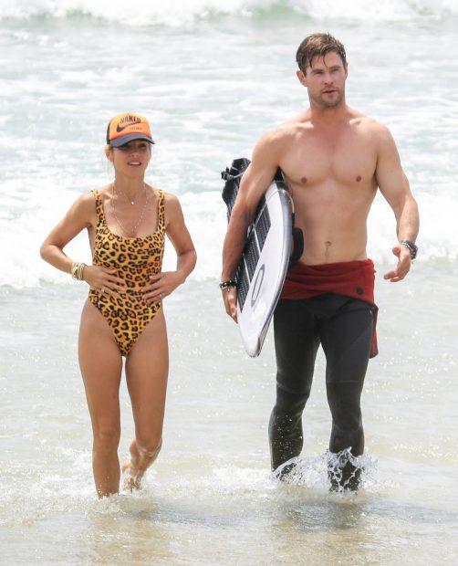 Elsa Pataky y Chris Hemsworth, durante unas vacaciones en la playa / Gtres