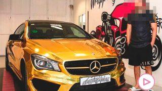 Omar Montes, junto a su Mercedes CLA dorado / Instagram: @wrappingmadrid