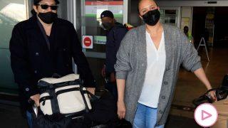 Shaila Dúrcal y su marido han aterrizado este jueves en Madrid / Gtres