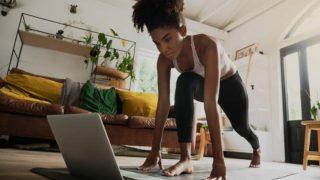 Descubre los ejercicios que te harán quemar más calorías al ejercitarte en casa