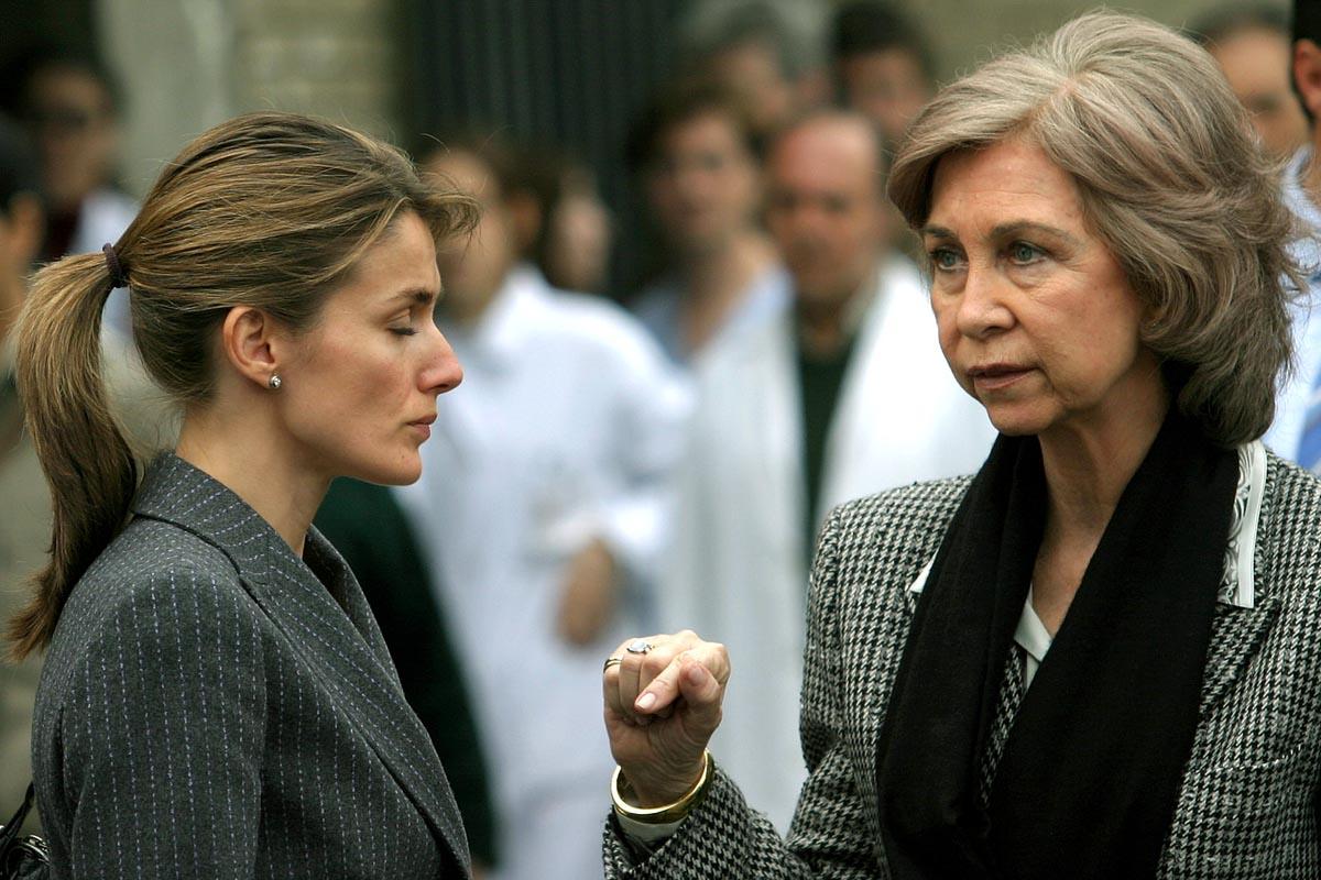 Doña Letizia junto a la entonces reina Sofía visitando a los heridos de los atentados del 11 de marzo de 2004 el mismo día de la tragedia / GTRES