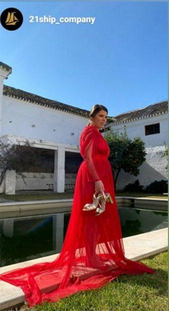 Carla Vigo posando con un llamativo vestido rojo./Instagram @21ship_company