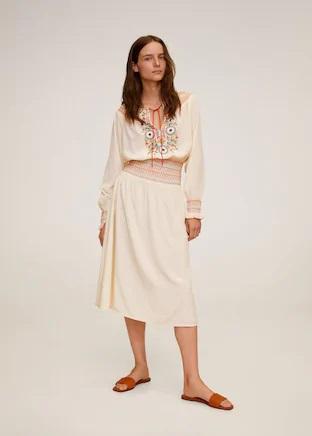 Vuelve el vestido de Mango Outlet que hace tipazo y está de oferta