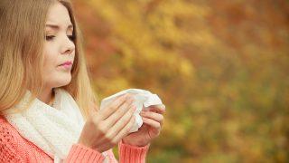 Una mujer sufriendo rinitis / Gtres
