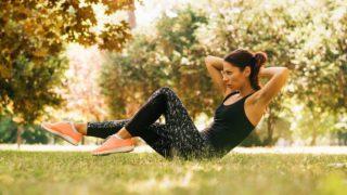 Los mejores ejercicios de abdominales que puedes hacer al aire libre