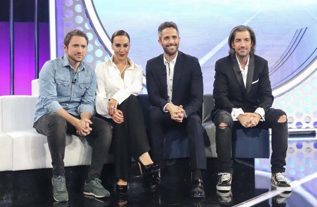 El presentador Roberto Leal con Joe Pérez Orive y los cantantes Manuel Martos y Mónica Naranjo