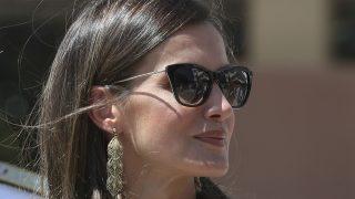 La Reina Letizia en una imagen de archivo con gafas de sol / Gtres