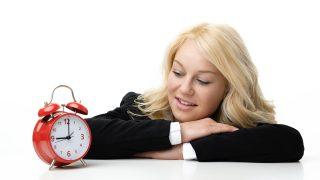 Una mujer frente a un despertador / Gtres