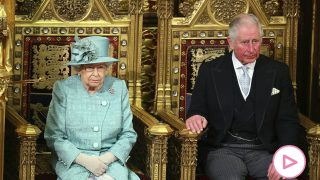 Reina Isabel II y el príncipe Carlos/Gtres