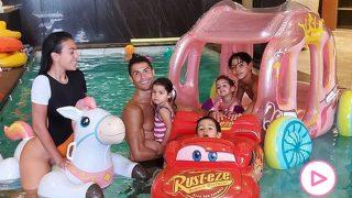 Georgina Rodríguez y Cristiano Ronaldo junto a sus hijos./Instagram @georginagio