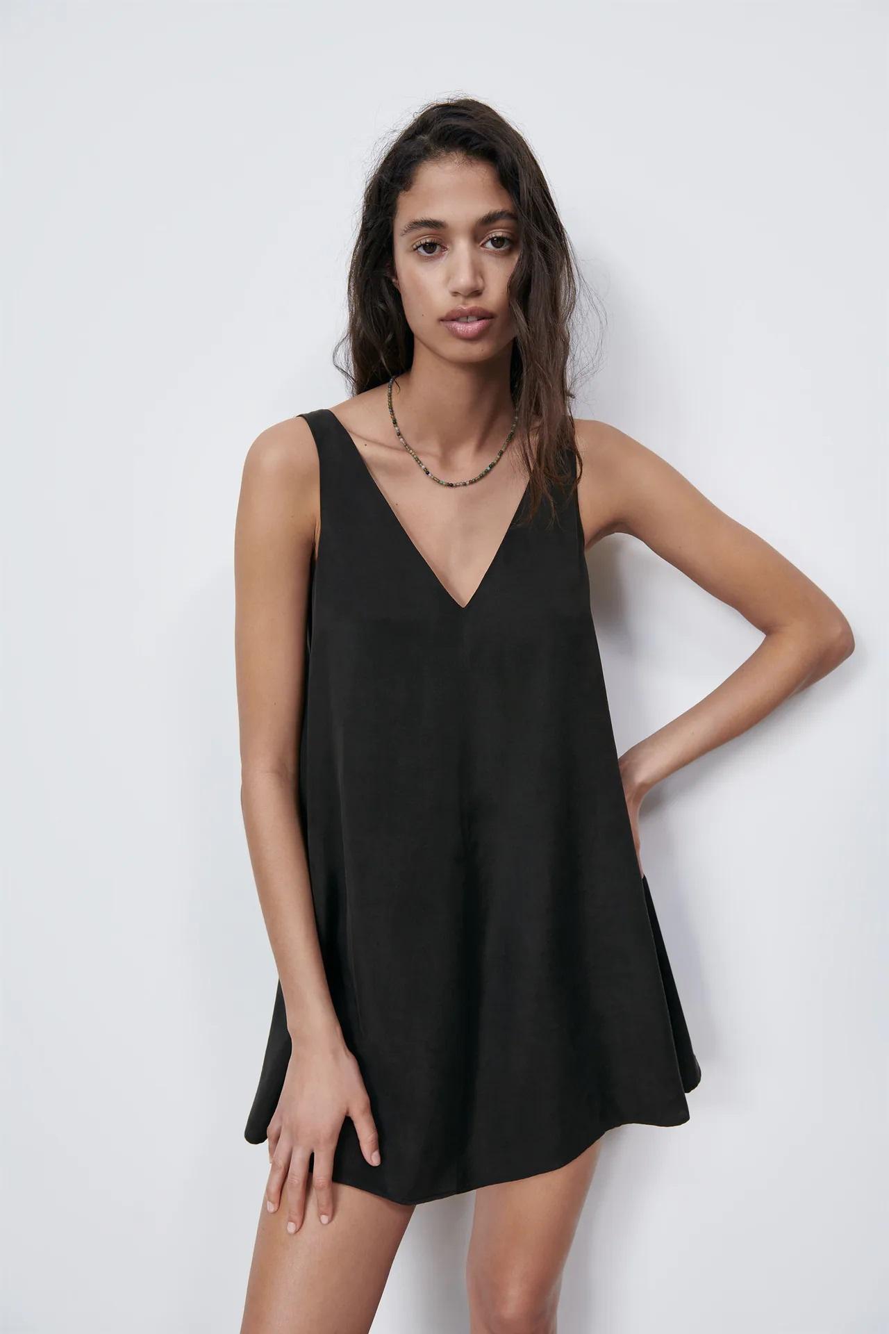 Amelia Bono combina mini vestido negro con botas militares