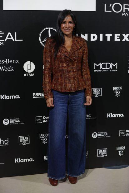 Begoña Villacís posando con un look casual compuesto por blazer y pantalón vaquero./Gtres
