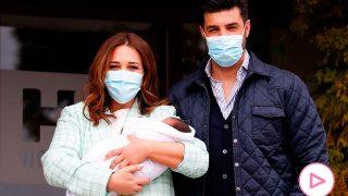 Paula Echevarría y Miguel Torres abandonan el hospital con su hijo/Gtres