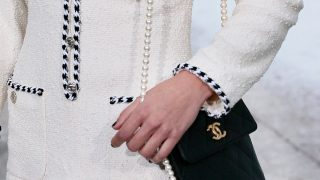 Sfera se inspira en un vestido mítico de Chanel para diseñar esta chaqueta de entretiempo
