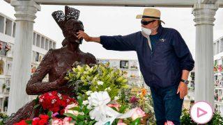 Amador Mohedano, acariciando la figura de Rocío Jurado en el cementerio / Gtres