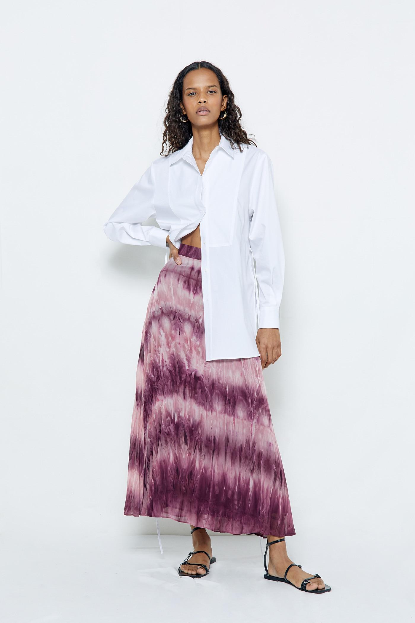 Sfera tiene lista de espera para la falda larga con el estampado de la primavera