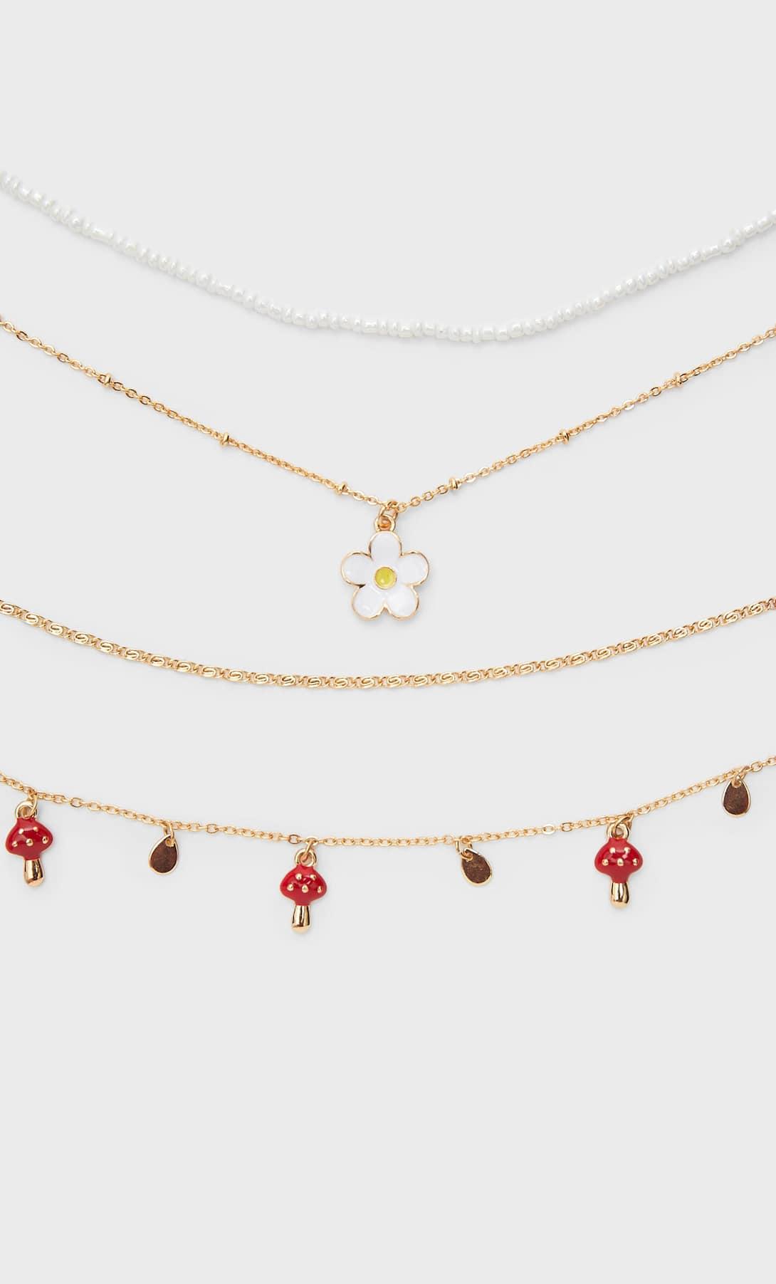 Stradivarius presenta su nueva colección de bisutería cargada de sonrisas y flores