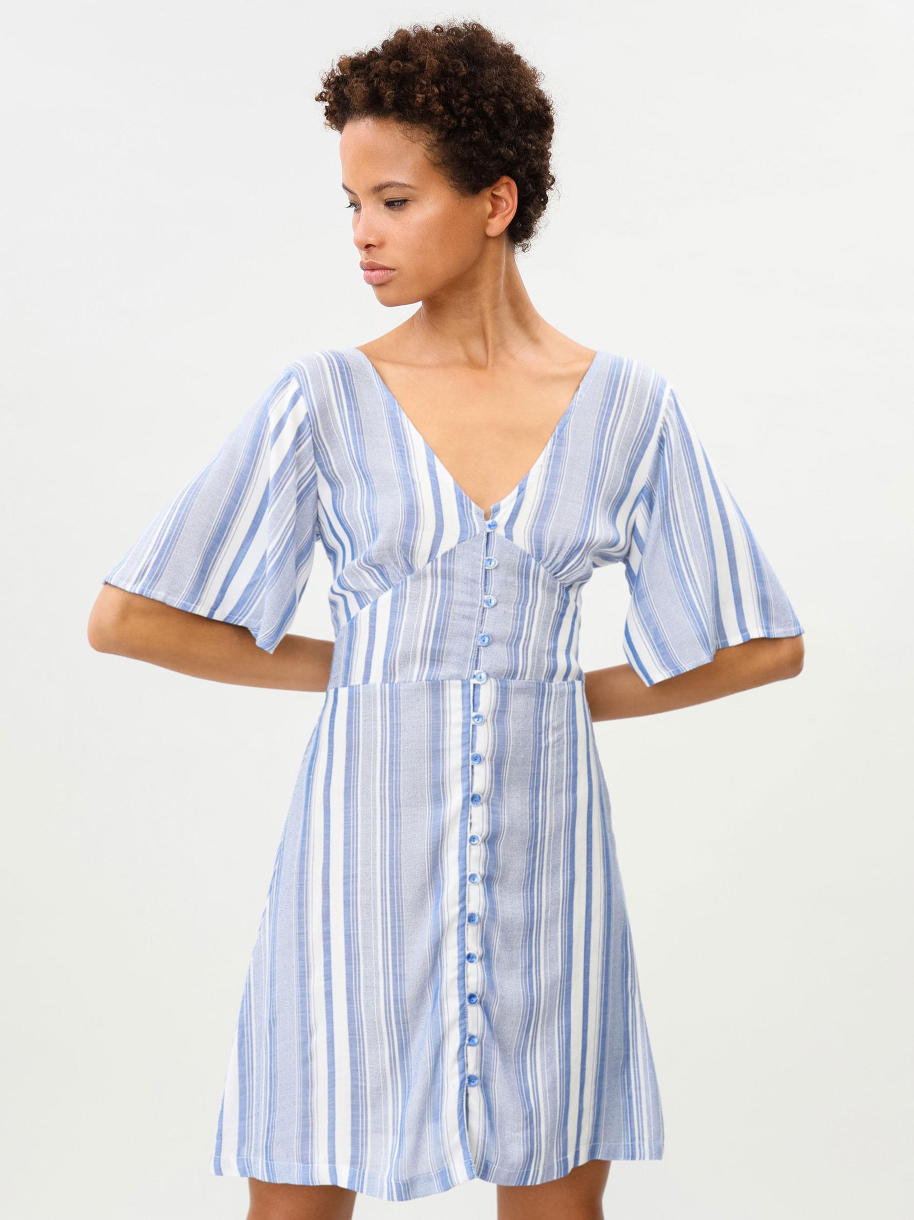 Lefties tiene el vestido de rayas verticales que te hará parecer más delgada