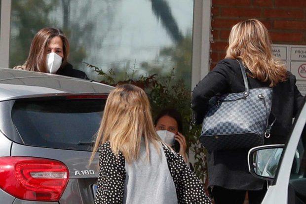 Las hermanas de Ana Obregón han ido a buscar a su madre este lunes / Gtres