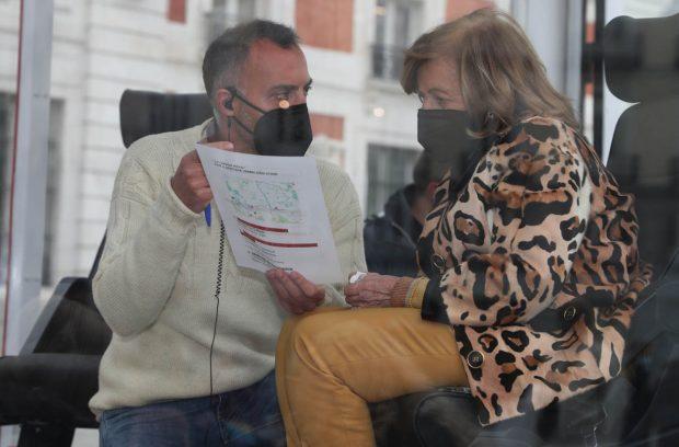 María Teresa Campos, con un miembro del equipo de su programa / Gtres