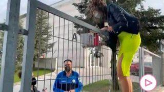 Paz Padilla se salta la valla para darle su libro a Pantoja / Telecinco