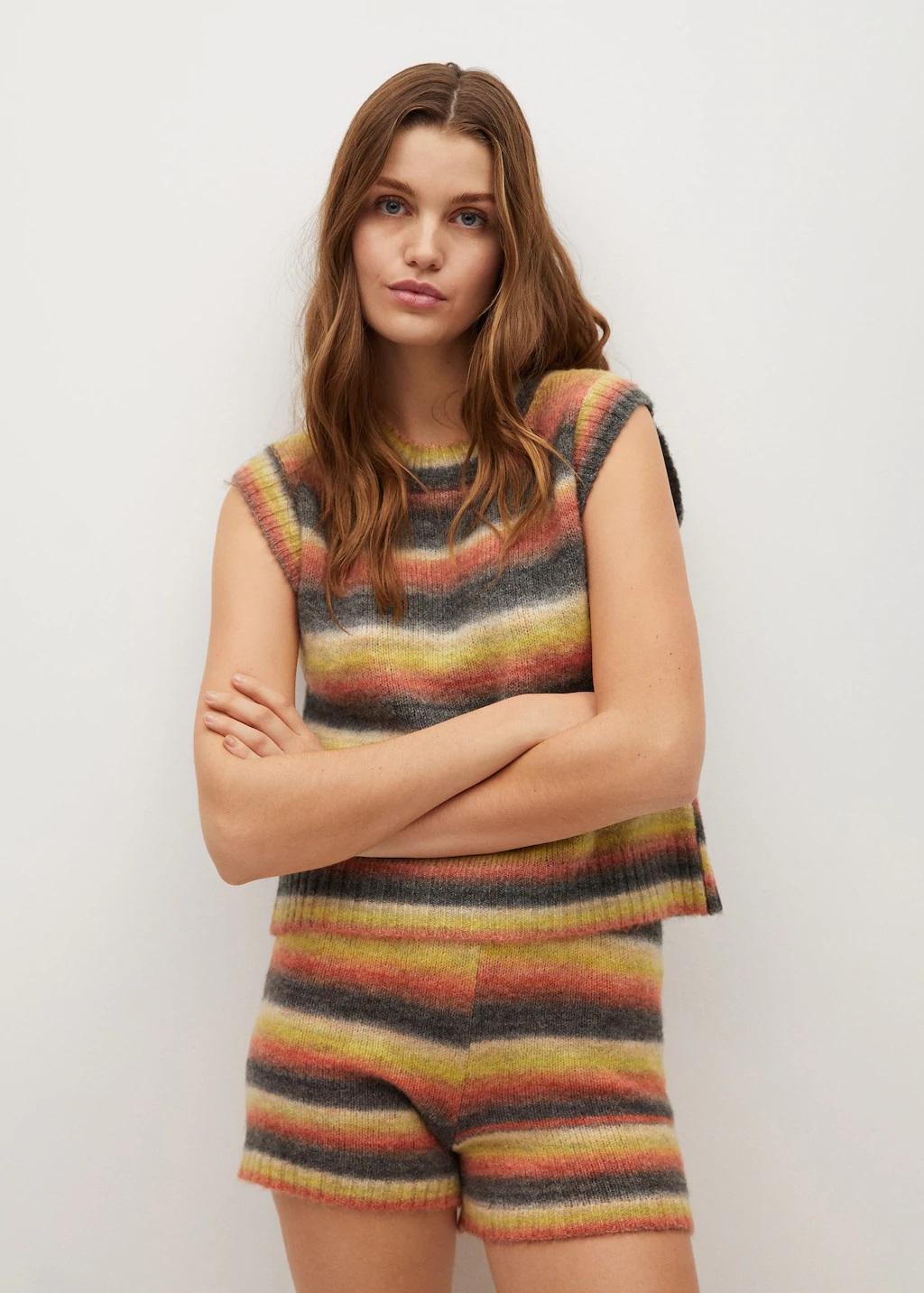 Amelia Bono se apunta a la moda del chaleco viral de Mango
