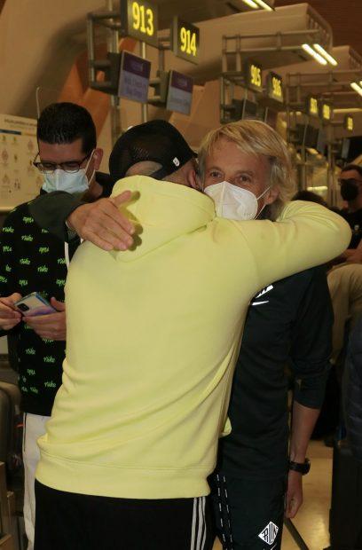 Kiko Rivera y Jesús Calleja se han abrazado en Barajas / Gtres