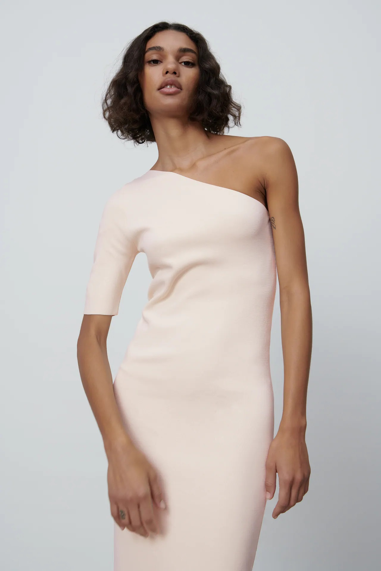 Zara versiona el vestido con el que Lady Di brilló en 1997