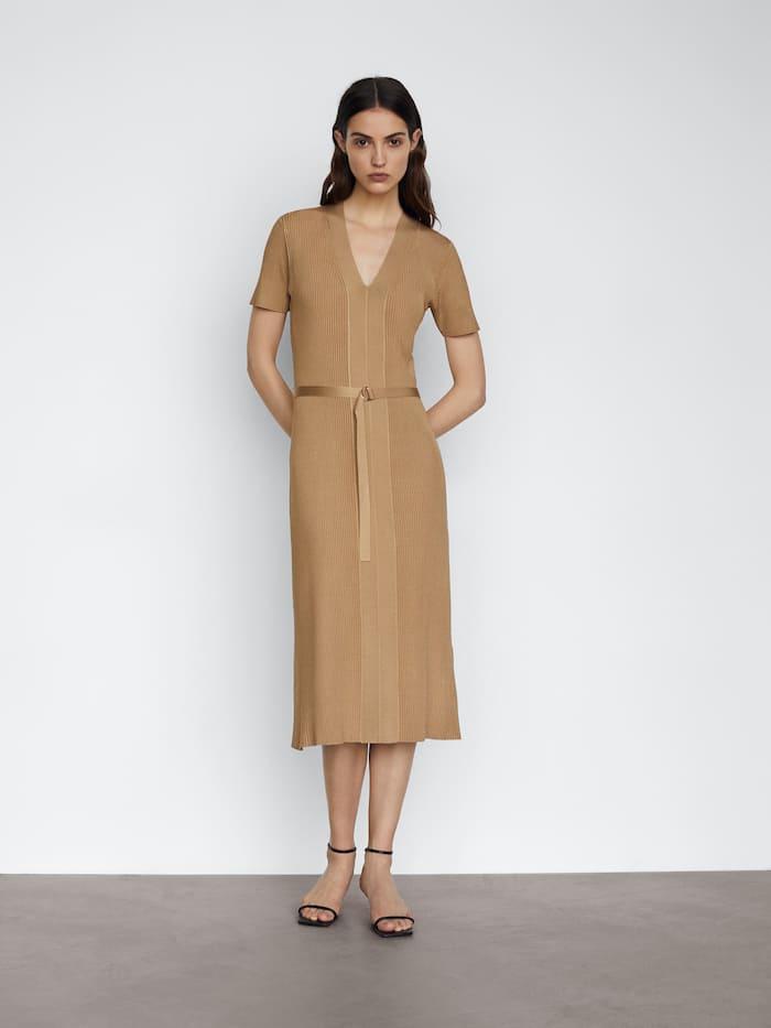 La versión primavera 2021 del vestido de punto de Massimo Dutti de Letizia