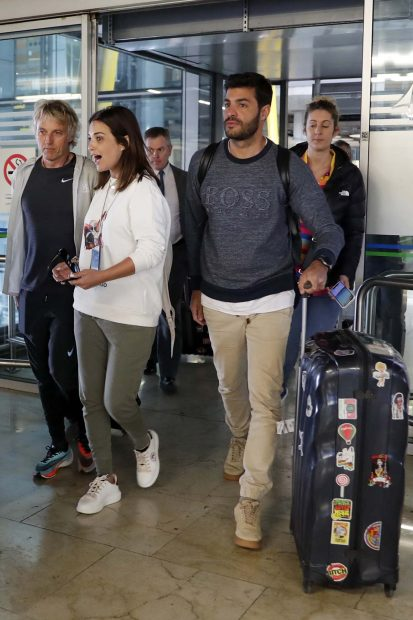 Paula Echevarría, Miguel Torres y Jesús Calleja en el aeropuerto de Madrid./Gtres