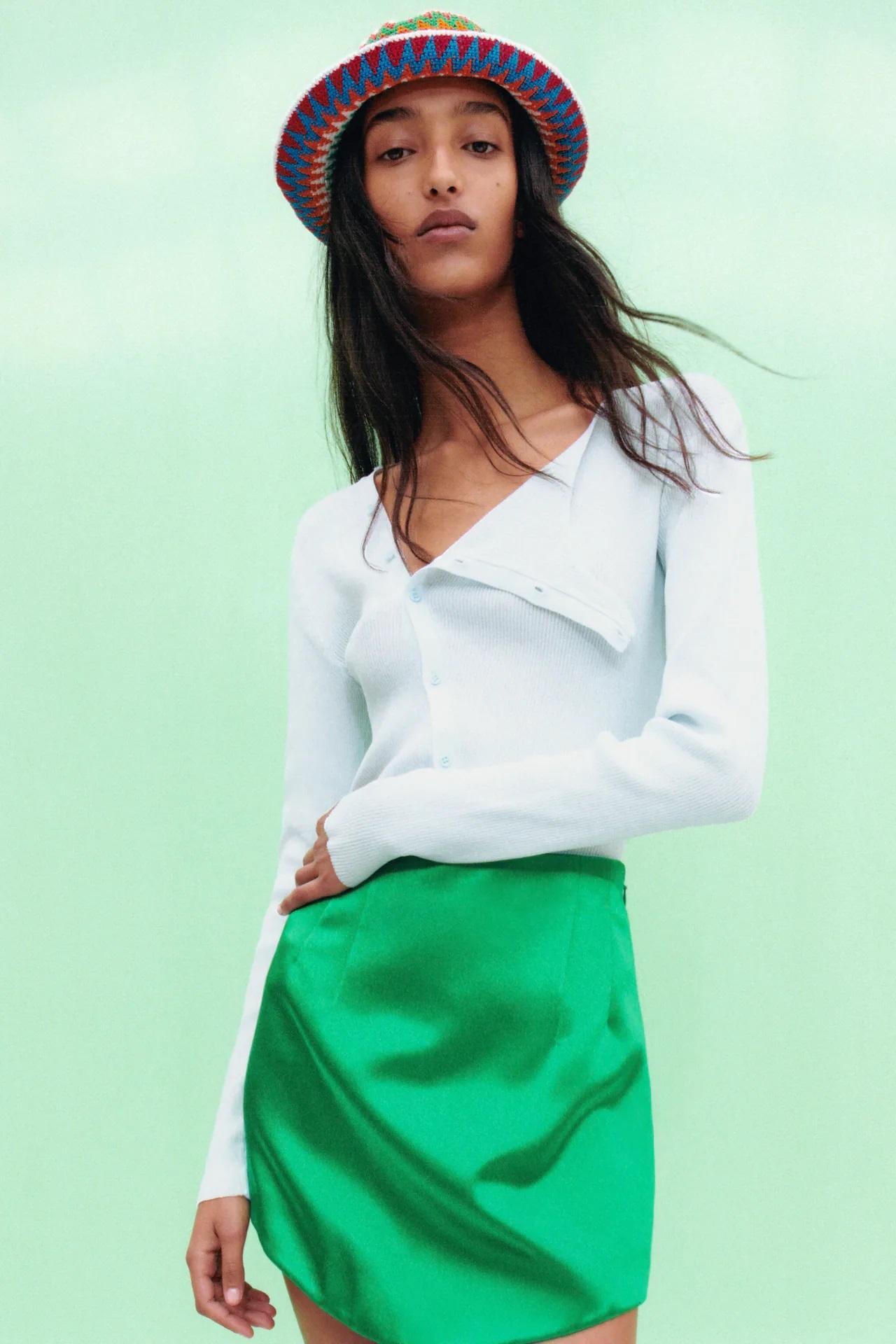 Zara clona la minifalda verde satinada más famosa de Carrie Bradshaw