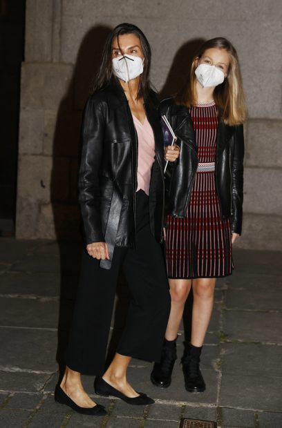 La reina Letizia y la princesa Leonor tras salir del Teatro Real de Madrid./Gtres