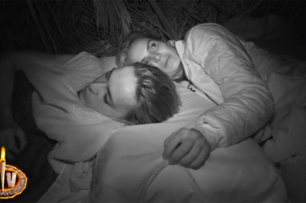 Olga Moreno y Marta López en 'Supervivientes'./Telecinco