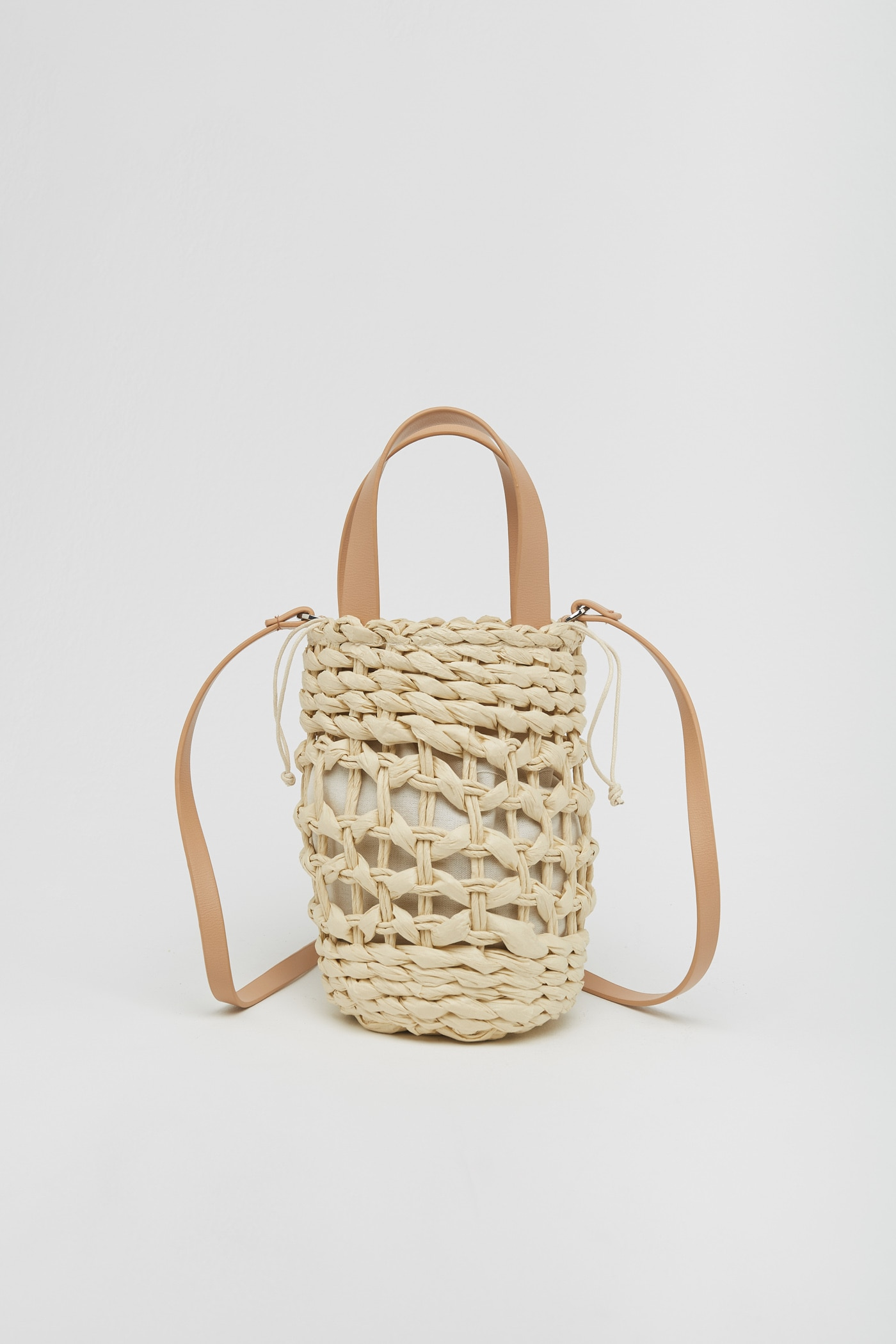Sfera se inspira en el original bolso cilíndrico de Loewe de 400 euros