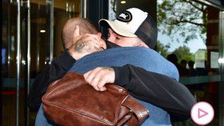 Antonio Tejado y Kiko Rivera se han fundido en un abrazo / Gtres