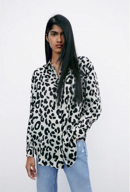 Camisa de satén con estampado de leopardo de Zara./Zara