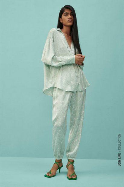 Conjunto satinado de Zara de pantalón y camisa./Zara