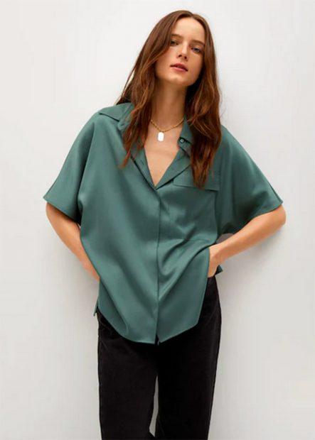 Camisa satinada en color verde de estilo oversize de Mango./Mango