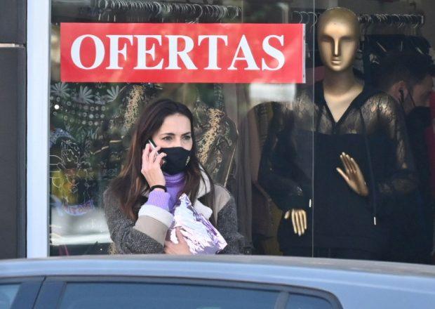 Olga Moreno, a las puertas de su tienda en Málaga / Gtres