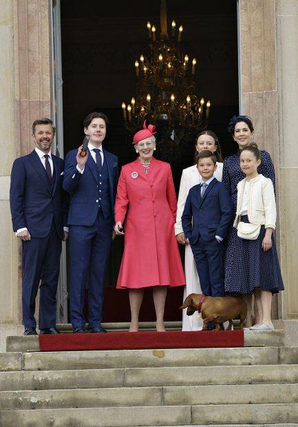 La reina Margarita ha apostado por un abrigo vestido en color rojo a juego con su tocado./Gtres