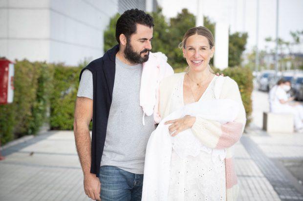 Carola Baleztena y Emiliano Suárez, presentando a Juana, su primera hija en común / Gtres
