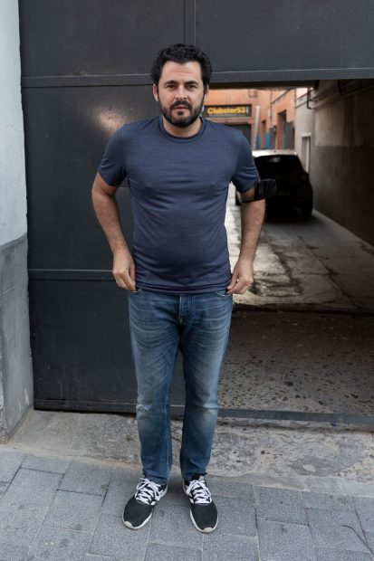 Emiliano Suárez, posando a la entrada de su garaje donde realiza eventos / Gtres