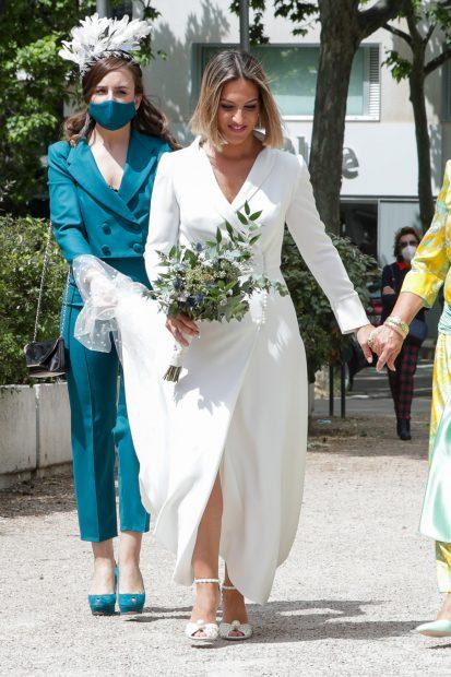 Salomé Gadea ha lucido un traje con abertura frontal de manga larga para el dia de su boda./Gtres