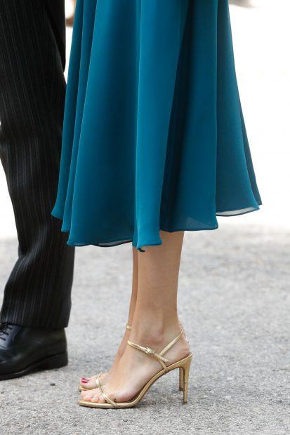 La mujer de Carlos Fitz-James Stuart ha optado por unas finas sandalias doradas./Gtres