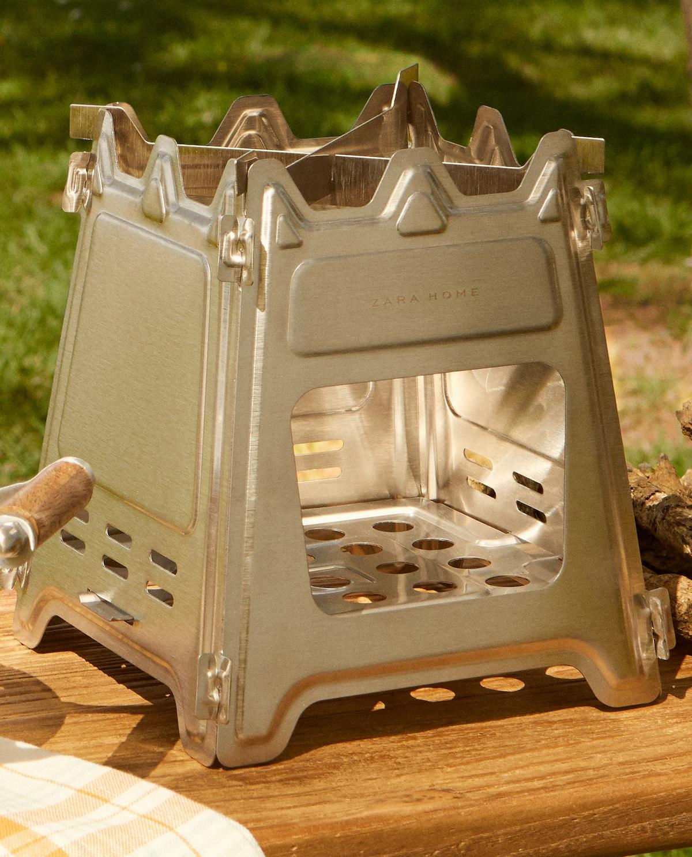 Este verano 2021 será especial, Zara Home lo sabe y ha creado el hornillo de acero desmontable que nos hará la vida más fácil.