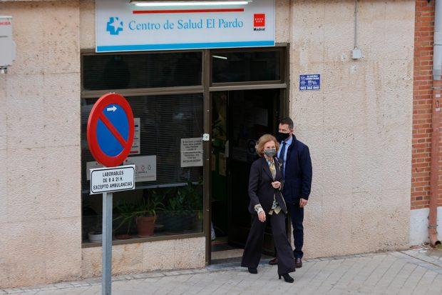 6- La reina Sofía esperó su turno para la vacunación y acudió a su centro de salud para conseguir la inmunidad