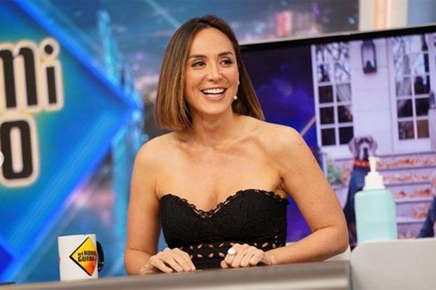 Tamara Falcó lució un crop top negro de crochet de Charo Ruiz para una de sus apariciones en 'El Hormiguero'./'El Hormiguero'